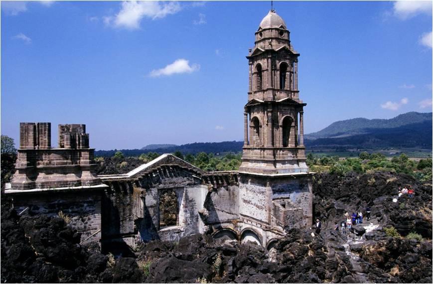 En 1943, el volcán Paricutín sepultó dos pueblos en Michoacán. Oiremos el corrido de El Paricutín