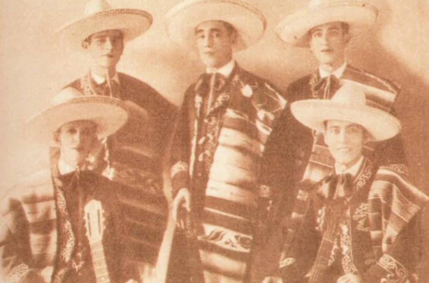 En algunos discos de la agrupación Los trovadores tamaulipecos resalta un violín, interpretado por Ricardo Bell, hijo del cirquero del mismo nombre